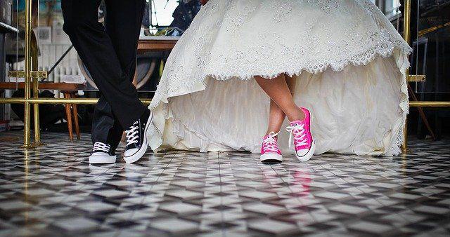 新郎新婦がスニーカーで結婚式