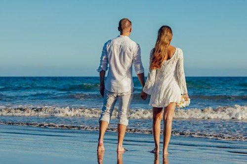 ビーチでカジュアルな結婚式