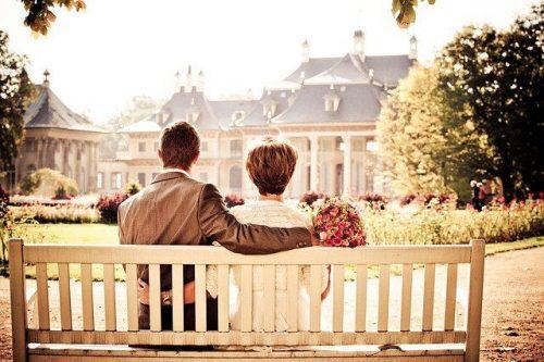 ベンチに座る新郎新婦